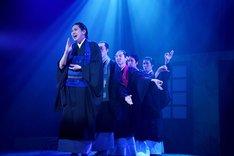 「ミュージカル『しゃばけ』参 ~ねこのばば~」ゲネプロより、法月康平演じる秋英(左)。