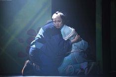 「ミュージカル『しゃばけ』参 ~ねこのばば~」ゲネプロより、一太郎(右)を抱き締める仁吉(左)。