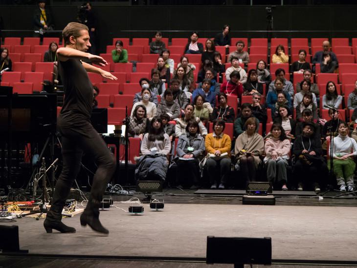1月に行われた「オープンスタジオ」より、イスラエル・ガルバン。(撮影:田邊アツシ、写真提供:山口情報芸術センター[YCAM])