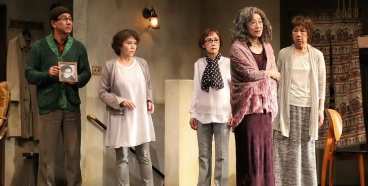 グループる・ばる「蜜柑とユウウツ~茨木のり子異聞~」初演より。左から小林隆、岡本麗、松金よね子、木野花、田岡美也子。