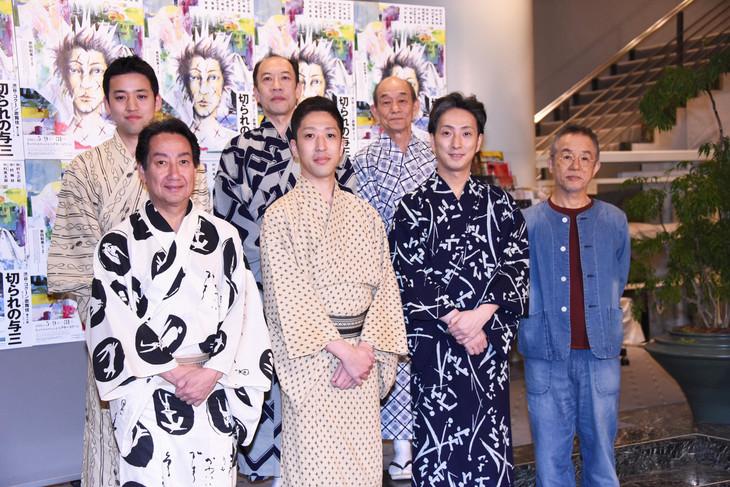 後列左から中村萬太郎、片岡亀蔵、笹野高史。前列左から中村扇雀、中村梅枝、中村七之助、串田和美。