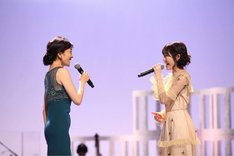 左から島田歌穂、渡辺麻友。(c)KTV