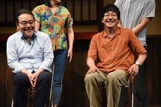大森南朋(右)に「岩松さんの作品が好きです」と言われ、照れ笑いを浮かべる岩松了(左)。