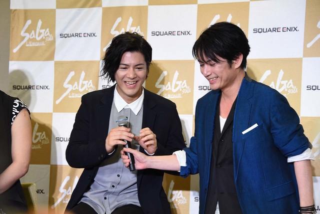 熱弁を振るったのち、中村誠治郎(左)にマイクを返す佐藤アツヒロ(右)。