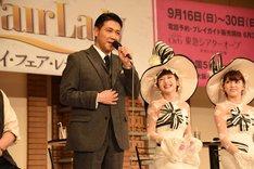 """別所哲也(中央左)に""""沙也加さん""""と呼ばれ笑顔を見せる神田沙也加(中央右)。"""