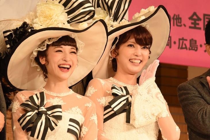 ミュージカル「マイ・フェア・レディ」製作発表記者会見より、イライザ役の神田沙也加(左)と朝夏まなと(右)。