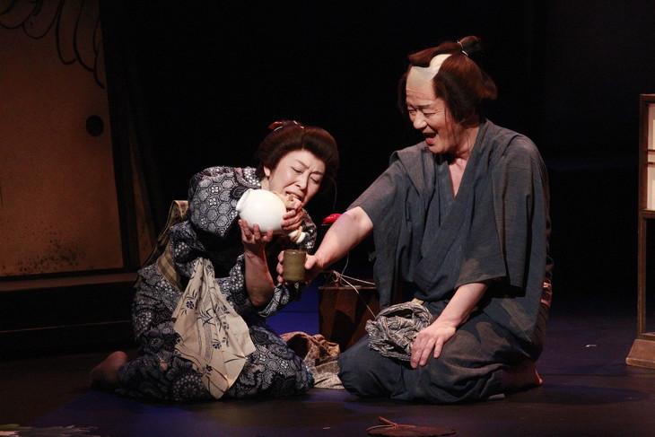 文学座「怪談 牡丹燈籠」より。左から富沢亜古、早坂直家。(撮影:鶴田照夫)