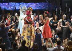 第72回トニー賞授賞式より、ミュージカルリバイバル作品賞を受賞した「アイランド」のパフォーマンス。(c)Getty Images