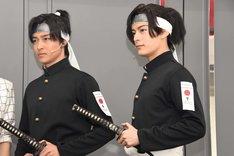 男劇団 青山表参道X「SHIRO TORA~beyond the time~」初日前囲み取材より、左から栗山航、塩野瑛久。