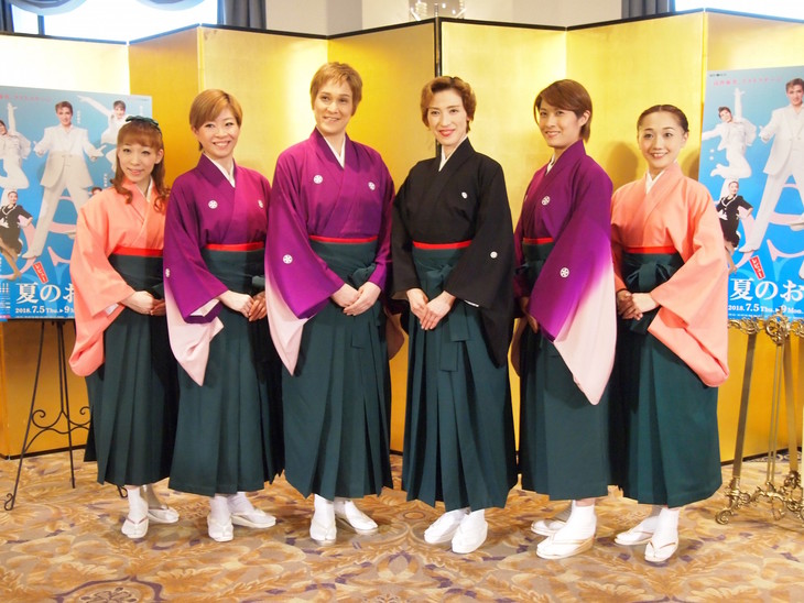 OSK日本歌劇団「レビュー夏のおどり」記者懇談会より。左から白藤麗華、真麻里都、桐生麻耶、高世麻央、楊琳、舞美りら。