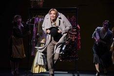 宝塚歌劇月組「ミュージカル『雨に唄えば』」通し舞台稽古より、美弥るりか演じるコズモ・ブラウン。
