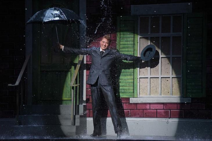 宝塚歌劇月組「ミュージカル『雨に唄えば』」通し舞台稽古より、珠城りょう演じるドン・ロックウッド。