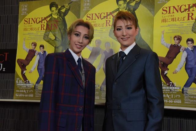 宝塚歌劇月組「ミュージカル『雨に唄えば』」囲み取材より、左から美弥るりか、珠城りょう。