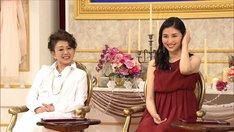 左から加賀まりこ、橋本マナミ。(写真提供:NHK)