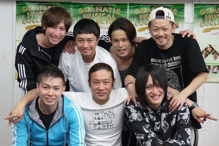 上段左から、DIAMOND☆DOGSの咲山類、和田泰右、中塚皓平、森新吾。下段左から小寺利光、東山義久、TAKA。
