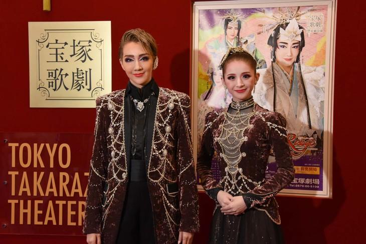 宝塚歌劇星組「RAKUGO MUSICAL『ANOTHER WORLD』」「タカラヅカ・ワンダーステージ『Killer Rouge(キラー ルージュ)』」囲み取材より、左から紅ゆずる、綺咲愛里。