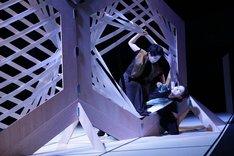 エイチエムピー・シアターカンパニー 現代日本演劇のルーツVI「忠臣蔵・序 ビッグバン/抜刀」より。(撮影:松山隆行)