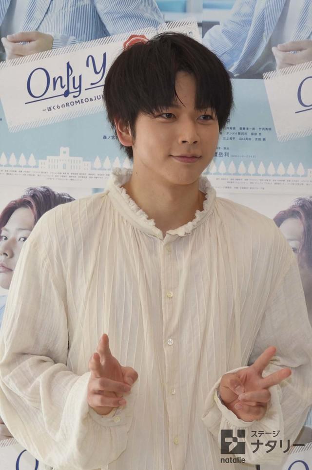 「Only You ~ぼくらのROMEO&JULIET~」囲み取材より、ピースしながら撮影に応じる増田貴久。