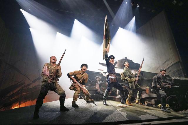 TEAM NACS 第16回公演「PARAMUSHIR~信じ続けた士魂の旗を掲げて」より。
