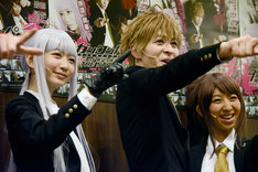 左から霧切響子役の岡本夏美、苗木誠役の西銘駿、朝日奈葵役の飯田里穂。