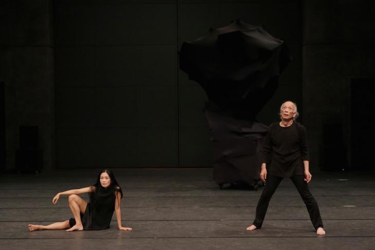 伊藤郁女「Je danse parce que je me mefie des mots / 私は言葉を信じないので踊る」より。(c)Arnold Groeschel