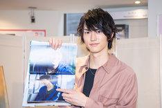 写真集のお気に入りカットを指差す和田雅成。