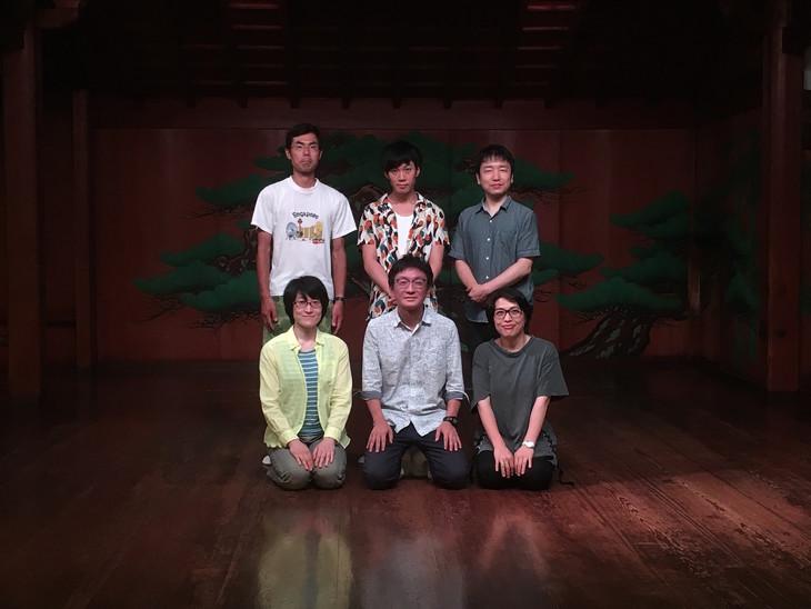 能×現代演劇 work#05「ハナタカ」。出演者と林慎一郎(下段中央)。