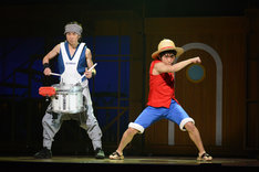 左からパーカッションの石川直、松浦司演じるルフィ。