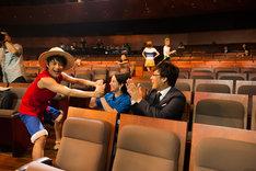 左から客席通路に登場した松浦司演じるルフィ、平祐奈、山里亮太。