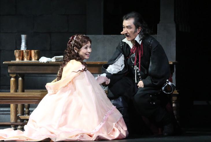 「シラノ・ド・ベルジュラック」より、左から黒木瞳演じるロクサーヌ、吉田鋼太郎演じるシラノ。(写真提供:東宝演劇部)