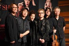 大竹しのぶ(中央左)とCD「SHINOBU avec PIAF」のバンドメンバーたち。
