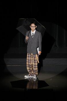 須賀健太扮する上司。