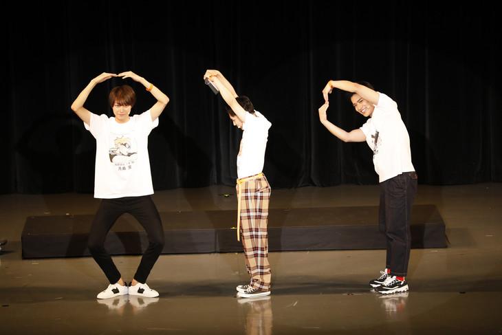 「ハイキュー!!の日イベント」より、「819(ハイキュー)」を人文字で表現する3人。左から小坂涼太郎、須賀健太、田中啓太。