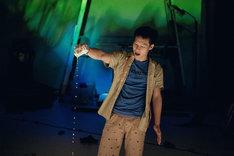 ウティット・ヘーマムーン×岡田利規「プラータナー:憑依のポートレート」より。(Photo by Sopanat Somkhanngoen)