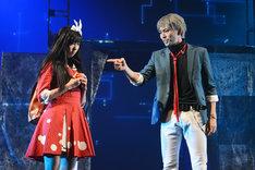 左から大矢真那演じる界堂笑、井澤勇貴演じる鷲尾健。