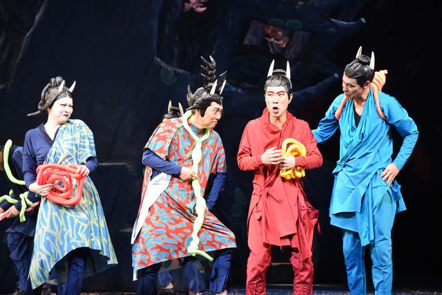 NODA・MAP 第22回公演「贋作 桜の森の満開の下」より。左から秋山菜津子演じるハンニャ、池田成志演じるエンマ、藤井隆演じる赤名人、大倉孝二演じる青名人。