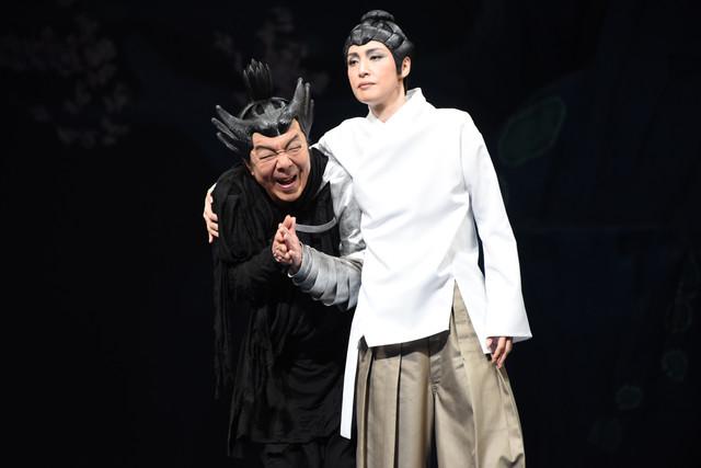 NODA・MAP 第22回公演「贋作 桜の森の満開の下」より。左から古田新太演じるマナコ、天海祐希演じるオオアマ。