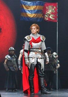 2013年上演「ヘンリー四世」より、松坂桃李演じる皇太子ヘンリー(ハル王子)。(撮影:渡部孝弘)