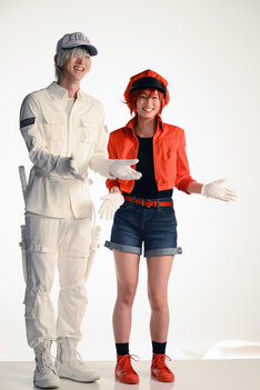 いろいろなポーズの要求に応える和田雅成(左)と七木奏音(右)。