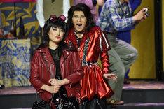 左から大原櫻子演じるローズ、尾上松也演じるマクベス魔II夜。