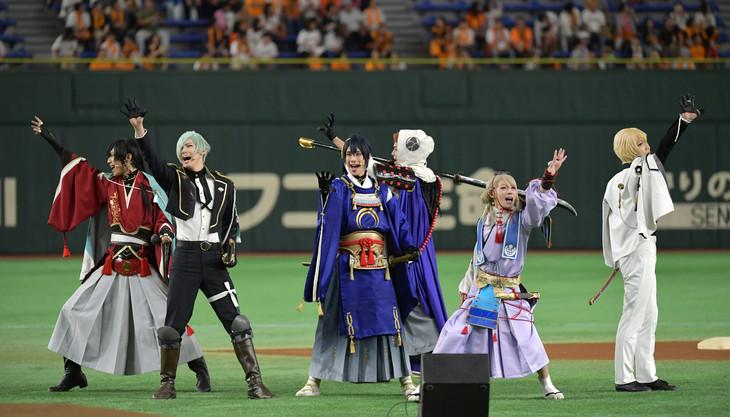 試合前パフォーマンスにて、「刀剣乱舞」を歌唱する刀剣男士たち。(写真提供:読売新聞社)