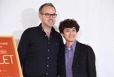 トム・サザーランド(左)と藤田俊太郎(右)。