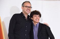 肩を組むトム・サザーランド(左)と藤田俊太郎(右)。