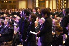 涙をこらえながら「愛した日々に悔いはない」を歌う久野綾希子(中央)、市村正親(右)。