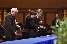 「浅利慶太 お別れの会」より、献花を行う出席者たち。左から吉井澄雄、野村玲子、劇団四季の吉田智誉樹代表取締役社長。(撮影:荒井健)