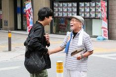 さいたまゴールド・シアター 徘徊演劇「『よみちにひはくれない』浦和バージョン」より。(撮影:宮川舞子)