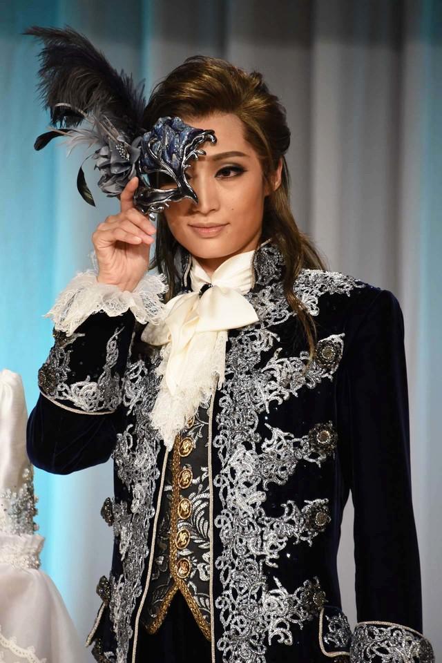 宝塚歌劇雪組「ミュージカル『ファントム』」より、仮面を手にポーズを取る望海風斗。