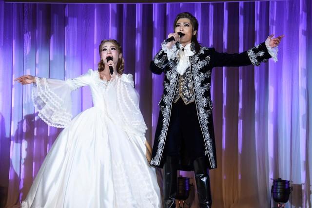 宝塚歌劇雪組「ミュージカル『ファントム』」より、左から真彩希帆演じるクリスティーヌ、望海風斗演じるファントム。