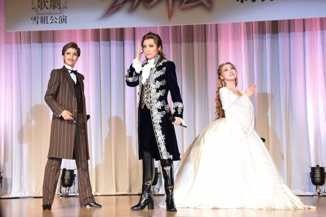 宝塚歌劇雪組「ミュージカル『ファントム』」より、左から彩風咲奈演じるキャリエール、望海風斗演じるファントム、真彩希帆演じるクリスティーヌ。