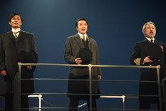 ミュージカル「タイタニック」フォトコールより。左から加藤和樹演じるアンドリュース、石川禅演じるイスメイ、鈴木壮麻演じるスミス。